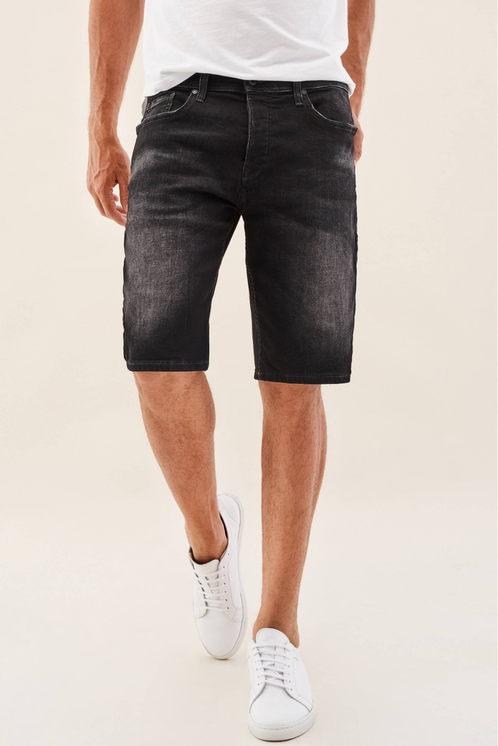 Loose jogger shorts in rinsed black