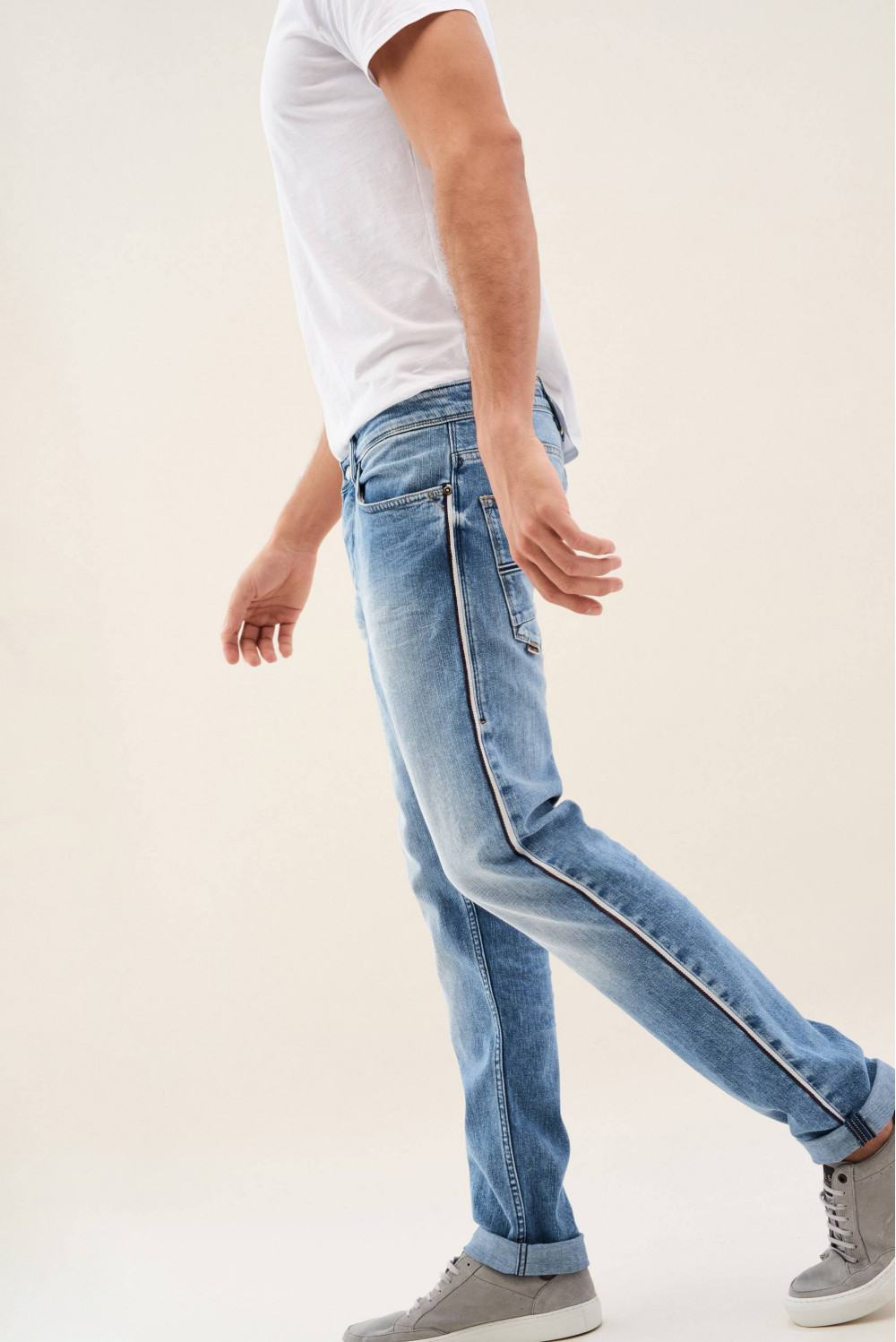 Slender slim carrot jeans with coloured side